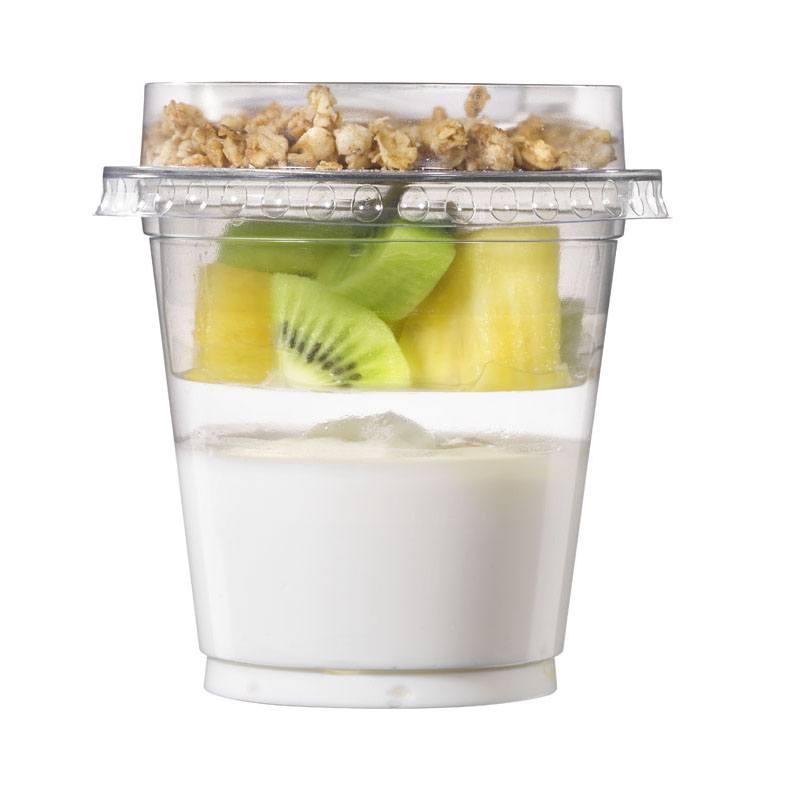 Beker met yoghurt, ananas en kiwi