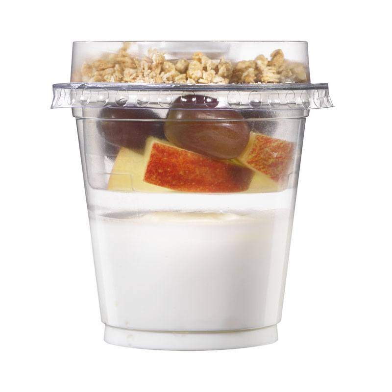 Beker met yoghurt, appel en druif