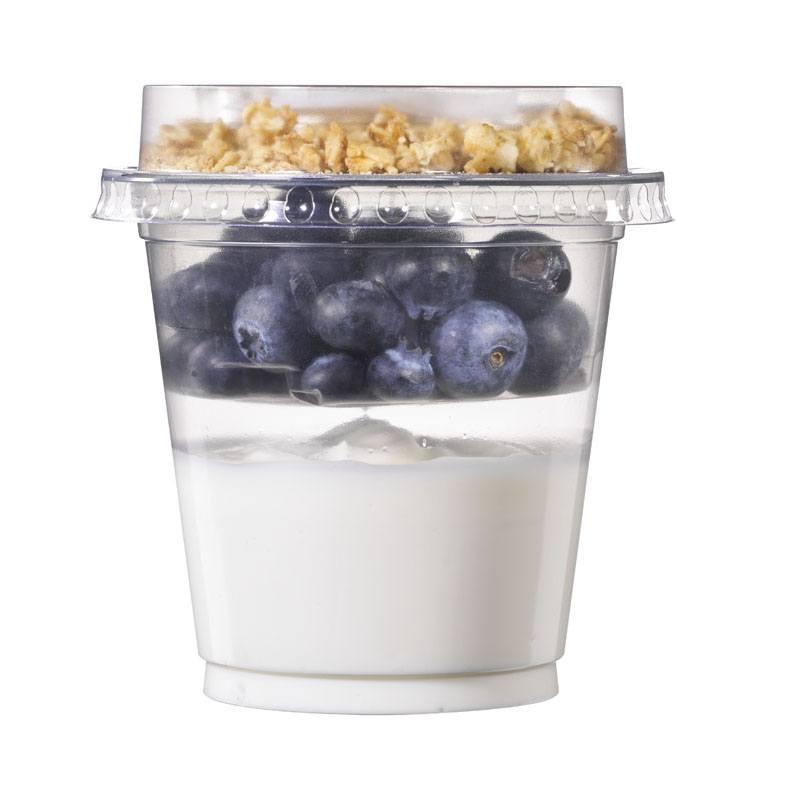 Beker met yoghurt en blauwe bessen